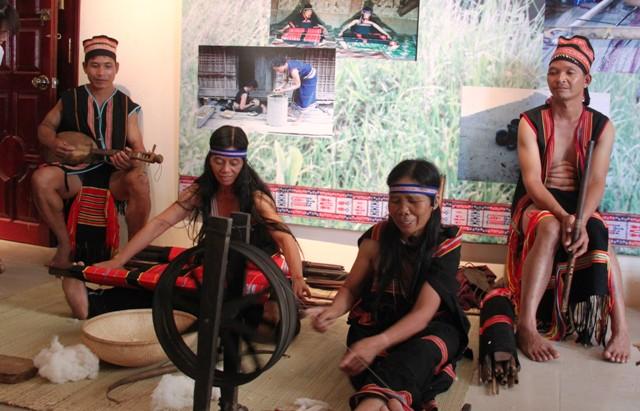Bà Y Ngân, chị Y Bế giới thiệu nét đẹp thổ cẩm tại Bảo tàng tỉnh Kon Tum