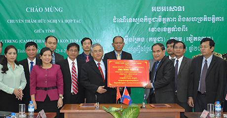 Lãnh đạo tỉnh Kon Tum trao biển tặng công trình an sinh xã hội cho tỉnh Stung Treng