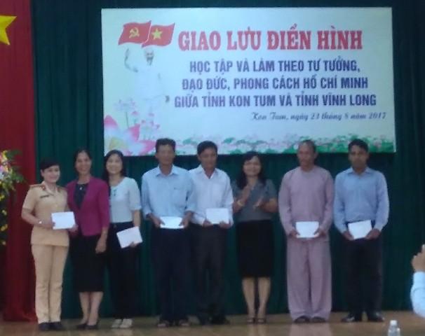 Đồng chí Y Mửi, Phó Bí thư Thường trực Tỉnh uỷ và đồng chí Lê Thị Kim Đơn, UVBTV, Trưởng Ban Tuyên giáo Tỉnh uỷ Kon Tum tặng quà cho điển hình của hai tỉnh