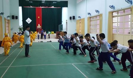 Tập luyện múa Lân chuẩn bị cho Lễ khai giảng năm học mới của trường Tiểu học THSP Ngụy Như Kon Tum