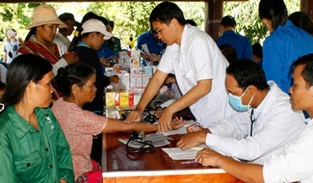 Khám, cấp phát thuốc miễn phí cho người dân trong chương trình An sinh xã hội tại làng Plei Sar, xã Ia Chim (TP.Kon Tum) - nguồn ảnh: baokontum.com.vn