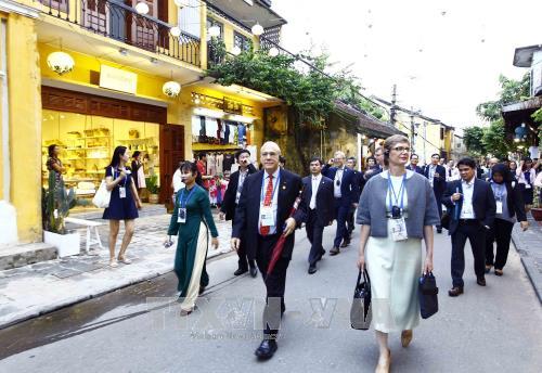 Các đại biểu dự Hội nghị Bộ trưởng Tài chính APEC tham quan phố cổ Hội An, ngày 20/10. Ảnh: An Đăng/TTXVN