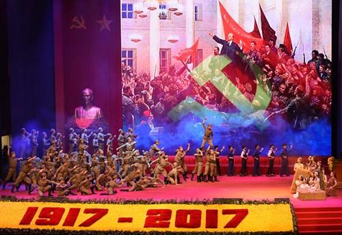Tiết mục nghệ thuật chào mừng Lễ kỷ niệm 100 năm Cách mạng Tháng Mười Nga. Ảnh: PHÚ SƠN