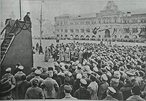 Lãnh tụ V.I.Lenin phát biểu tại Quảng trường Đỏ nhân kỷ niệm một năm Cách mạng Tháng Mười Nga vĩ đại. Ảnh: Topwar.ru