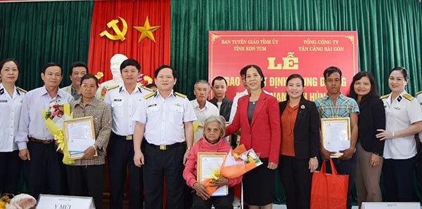Lãnh đạo Tổng Công ty Tân cảng Sài Gòn và tỉnh Kon Tum chụp hình lưu niệm với Mẹ VNAH và thân nhân Mẹ VNAH tại buổi Lễ