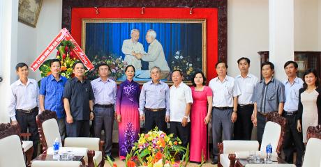 Các đồng chí lãnh đạo Tỉnh ủy tặng lẵng hoa chúc mừng Ban Thường trực UBMTTQVN tỉnh. Ảnh: Q.Đ