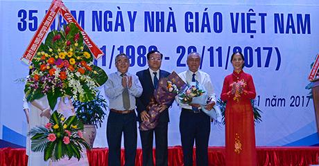 Thường trực Tỉnh ủy tặng hoa chúc mừng ngành GD&ĐT tỉnh