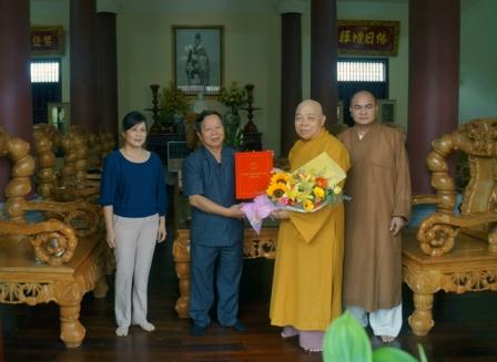 Đồng chí Trần Bình Trọng trao tiền hỗ trợ cho Hòa Thượng Thích Quảng Xả