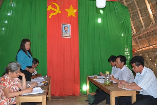 Một buổi sinh hoạt định kỳ của Chi bộ thôn 4 thuộc Đảng bộ xã Đăk Pxy có cán bộ huyện tham dự