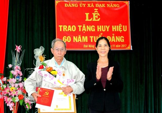 Đồng chí Y Mửi - Phó Bí thư Thường trực Tỉnh ủy trao tặng Huy hiệu 60 năm tuổi Đảng cho đồng chí Nguyễn Văn Xích