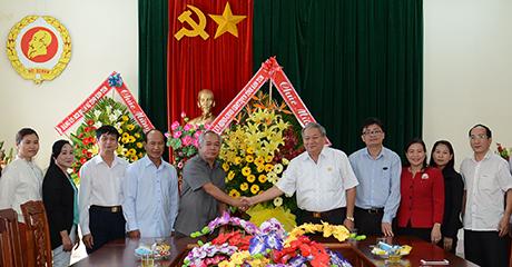 Lãnh đạo tỉnh tặng hoa chúc mừng cán bộ, hội viên Hội Cựu chiến binh tỉnh