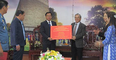 Bí thư Tỉnh ủy Nguyễn Văn Hùng tặng quà Đoàn cán bộ cấp cao tỉnh Rattanakiri