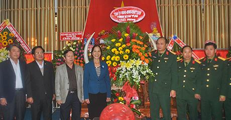 Đồng chí Y Mửi tặng hoa chúc mừng cán bộ, chiến sĩ Bộ CHQS tỉnh