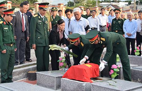 An táng hài cốt liệt sĩ tại Nghĩa trang liệt sĩ tỉnh (nguồn: baokontum.com.vn)