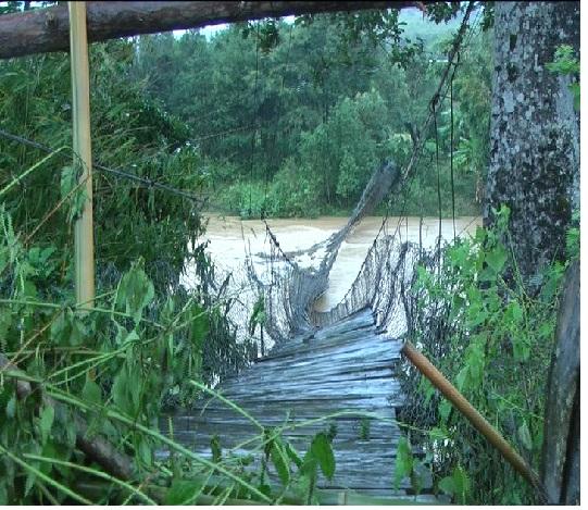 Cầu treo thôn 13 hư hỏng nặng sau cơn bão số 12