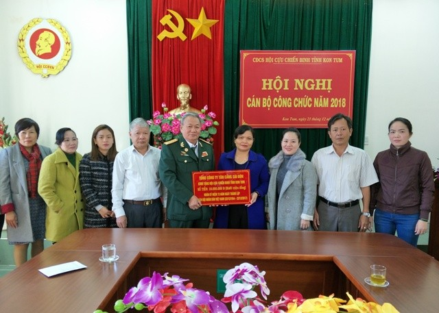 Trưởng Ban Tuyên giáo Tỉnh ủy Lê Thị Kim Đơn trao số tiền 10 triệu đồng – quà của Tổng Cty Tân cảng SG cho Hội CCB tỉnh Kon Tum