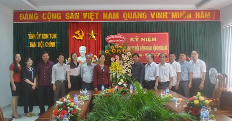 Thường trực Tỉnh ủy tặng hoa chúc mừng Ban Nội chính Tỉnh ủy