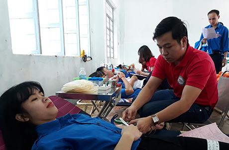 Hơn 300 sinh viên của Phân hiệu Đại học Đà Nẵng tại Kon Tum tham gia hiến máu (nguồn ảnh: baokontum.com.vn)