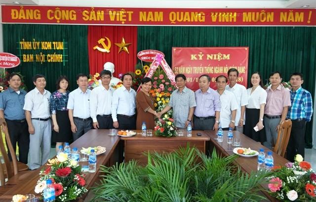 Tập thể Ban Tuyên giáo Tỉnh ủy tặng lẵng hoa chúc mừng tập thể cán bộ, công chức Ban Nội chính Tỉnh ủy nhân Kỷ niệm 52 năm ngày truyền thống