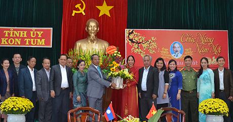 Lãnh đạo tỉnh Attapư chúc mừng tỉnh Kon Tum ngày càng phát triển