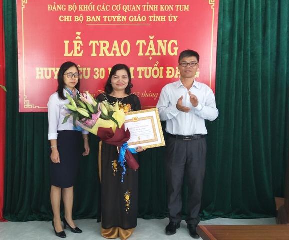 Đồng chí Trương Thị Kim Oanh trao Huy Hiệu 30 tuổi Đảng và đồng chí Nguyễn Mạnh Hồng tặng hoa chúc mừng đồng chí Lê Thị Kim Đơn