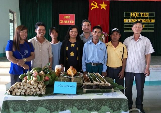 Đồng chí Lê Thị Kim Đơn dự Hội thi Mâm lễ ngày Tết Nguyên đán năm 2018 tại xã Đăk Pxi
