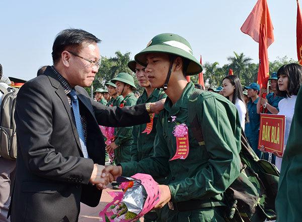 Chủ tịch UBND tỉnh Nguyễn Văn Hòa tặng hoa, quà và động viên tân binh trước khi lên đường