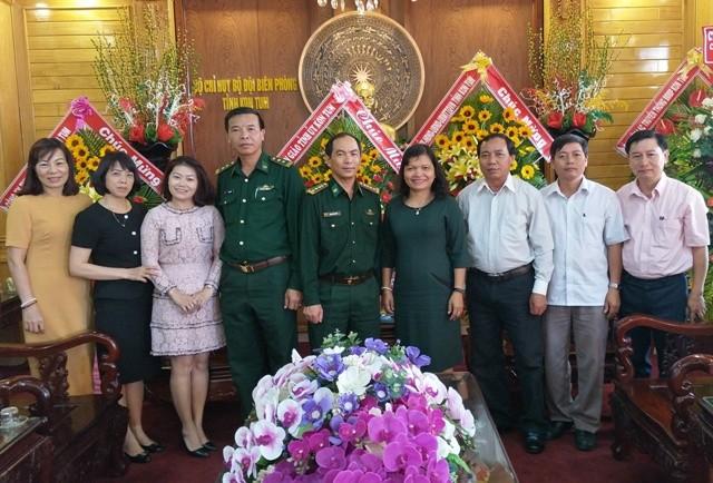 Đoàn công tác tặng hoa chúc mừng BĐBP Kon Tum nhân Ngày Truyền thống của lực lượng.