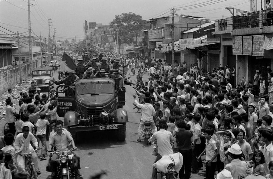 Nhân dân Sài Gòn đón chào quân Giải phóng tiến vào giải phóng thành phố, ngày 30-4-1975. (Ảnh: Hứa Kiểm-TTXVN)