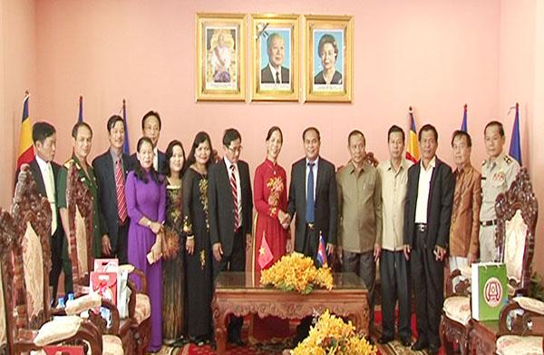 Lãnh đạo tỉnh Kon Tum và tỉnh Stung Treng chụp hình lưu niệm