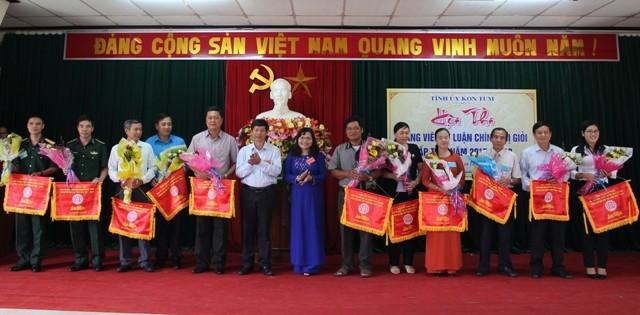Lãnh đạo Ban Tuyên giáo Tỉnh ủy và lãnh đạo Trường Chính trị tặng cờ lưu niệm cho các Đoàn tham gia Hội thi.