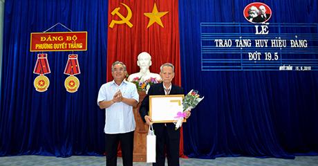 Đồng chí Nguyễn Văn Hùng trao Huy hiệu 70 năm tuổi Đảng cho đồng chí Lê Ngọc Câu, đảng viên hiện đang sinh hoạt tại chi bộ 3, Đảng bộ phường Quyết Thắng (thành phố Kon Tum).