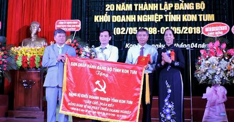 Đồng chí Y Mửi trao tặng bức trướng cho Đảng bộ khối Doanh nghiệp tỉnh nhân kỷ niệm 20 năm Ngày thành lập. (nguồn ảnh: baokontum.com.vn)