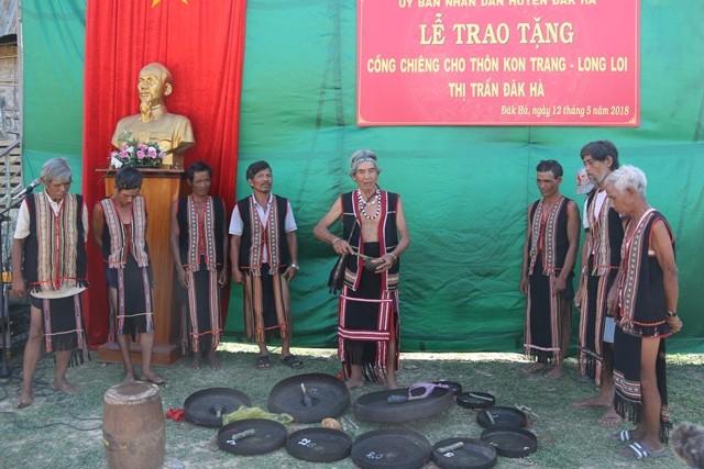 Các nghệ nhân làng Kon Trang Long Loi (thị trấn Đăk Hà, Đăk Hà) tiến hành nghi lễ đón nhận cồng chiêng (nguồn ảnh: kontum.gov.vn)