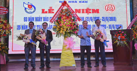 Đồng chí A Pớt tặng hoa chúc mừng Hội Nhà báo tỉnh