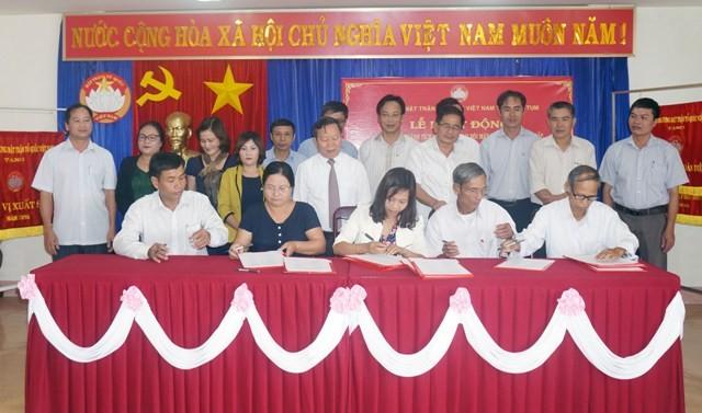 MTTQ các huyện, thành phố ký cam kết thi đua