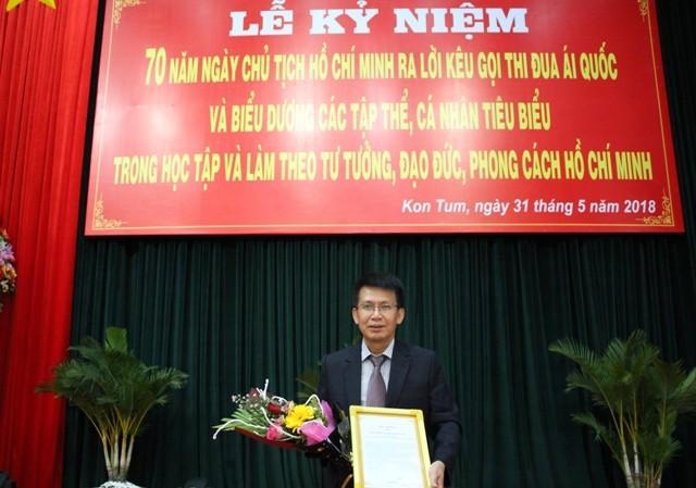 Ông Võ Duy Tuấn, Giám đốc, Bí thư chi bộ Chi nhánh Xăng dầu tỉnh Kon Tum nhận Thư khen, Bằng khen của Tỉnh ủy, UBND tỉnh cho chi bộ tại Lễ biểu dương, khen thưởng năm 2018.