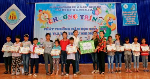 Trao quà cho các cháu thiếu nhi tại Trung tâm Bảo trợ và Công tác xã hội (nguồn ảnh: baokontum.com.vn)