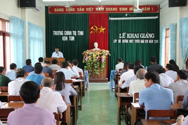 Lãnh đạo Trường Chính trị tỉnh phát biểu khai mạc lớp bồi dưỡng nghiệp vụ công tác tuyên giáo năm 2018.