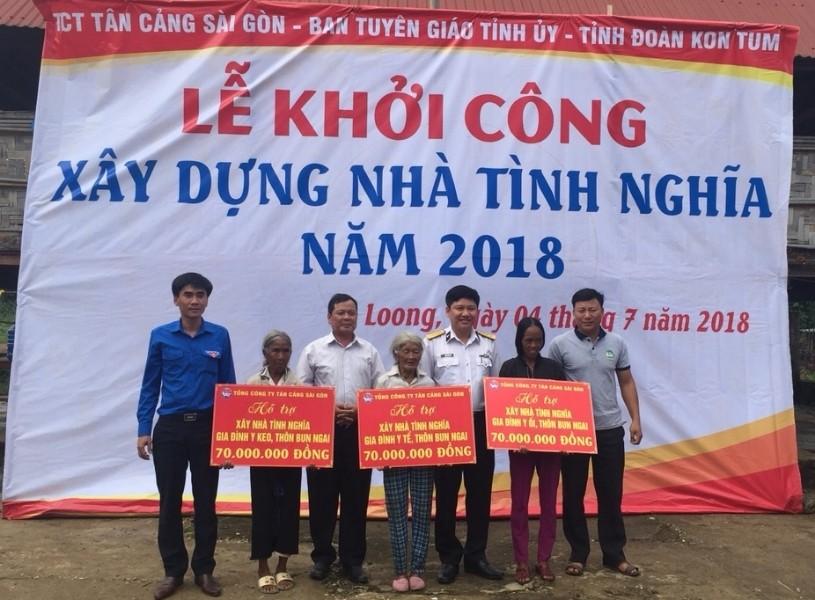 Trao kinh phí hỗ trợ xây dựng nhà tình nghĩa cho các hộ gia đình chính sách tại thôn Bun Ngai