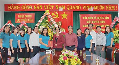 Thường trực Tỉnh ủy tặng hoa chúc mừng tập thể cán bộ, công chức Ban Tuyên giáo Tỉnh ủy nhân ngày truyền thống công tác tuyên giáo của Đảng. Ảnh T.Q