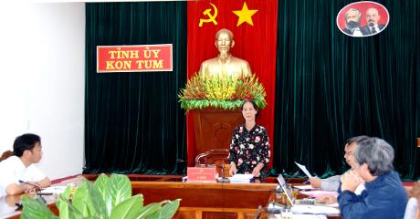 Đồng chí Y Mửi phát biểu tại cuộc họp