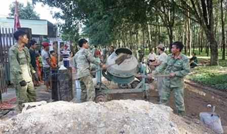 Cán bộ, chiến sĩ Sư đoàn 10 và nhân dân 3 thôn của xã Đăk Hring (Đăk Hà) thi công làm đường giao thông nông thôn (nguồn ảnh: baokontum.com.vn)