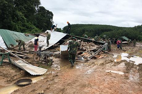 Các lực lượng giúp đỡhỗ trợ gia đình bị sập nhà khắc phục hậu quả (nguồn ảnh: baokontum.com.vn)