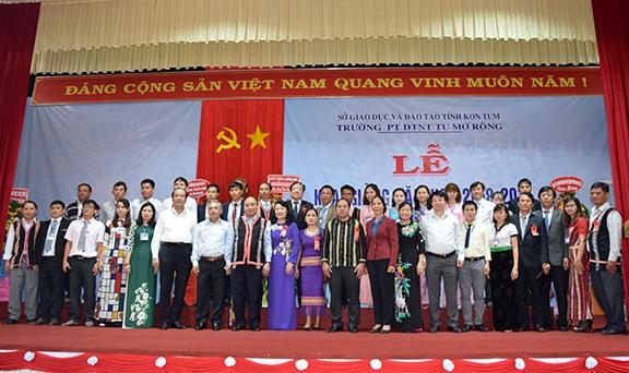 Thủ tướng Chính phủ và lãnh đạo các cấp chụp hình lưu niệm cùng tập thể giáo viên trường PTDTNT huyện Tu Mơ Rông. (nguồn ảnh: kontum.gov.vn)