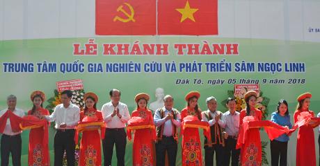 Thủ tướng CP và các đồng chí lãnh đạo cắt băng khánh thành Trung tâm Quốc gia nghiên cứu và phát triển Sâm Ngọc Linh (nguồn ảnh: baokontum.com.vn)