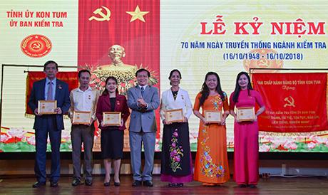 Trao tặng Kỷ niệm chương Vì sự nghiệp kiểm tra Đảng cho các cá nhân