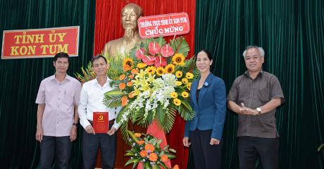 Thường trực Tỉnh ủy tặng hoa chúc mừng cán bộ, nhân viên Văn phòng Tỉnh ủy