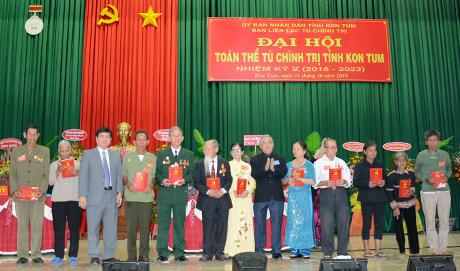 Lãnh đạo tỉnh tặng quà các hội viên tiêu biểu của Ban liên lạc Tù chính trị tỉnh