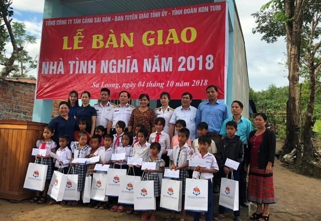 Tổng Cty Tân cảng SG phối hợp với Ban Tuyên giáo Tỉnh ủy và Tỉnh đoàn Kon Tum tổ chức bàn giao nhà tình nghĩa năm 2018 và tặng quà cho bà con thôn Bun Ngai, xã Sa Loong, huyện Ngọc Hồi.